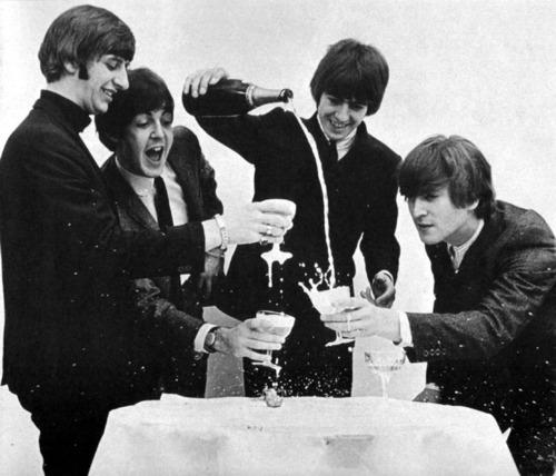 シャンパンを注ぐビートルズ